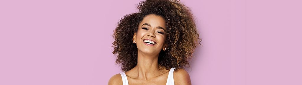 femme souriant pour montrer ses dents blanches et saines