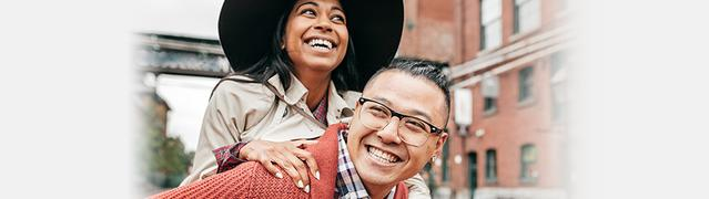 prévenir la mauvaise haleine avec Listerine - un couple heureux qui sourit