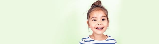 petite fille faisant un grand sourire