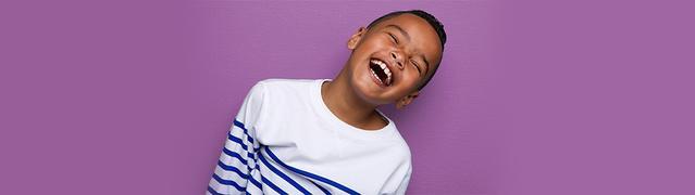 petit garçon faisant un grand sourire
