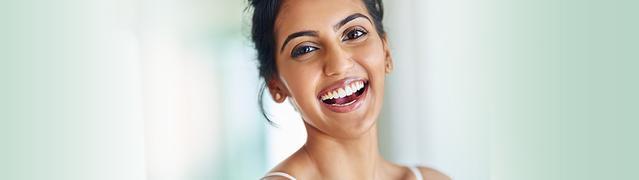 femme souriant largement après avoir utilisé Listerine