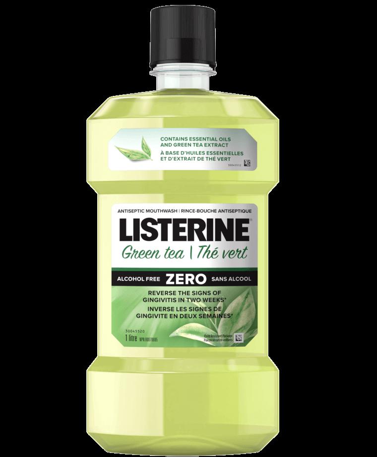 Huiles essentielles et flacon de rince-bouche à saveur de thé vert Listerine sur fond vert