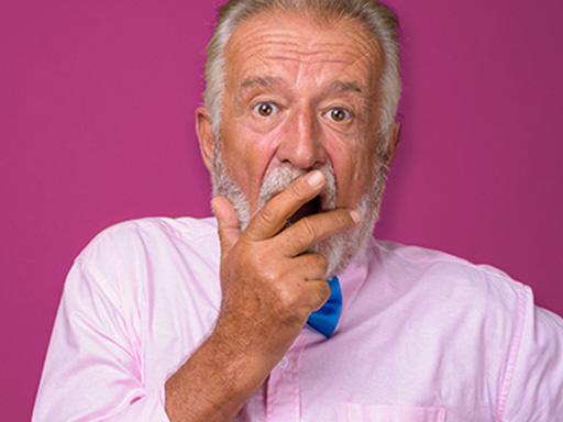 vieil homme qui semble surpris au moment  où il découvre la vérité à propos de la maladie des gencives