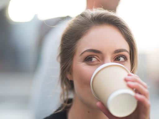 situations pouvant causer la mauvaise haleine, d'après Listerine - femme buvant un café