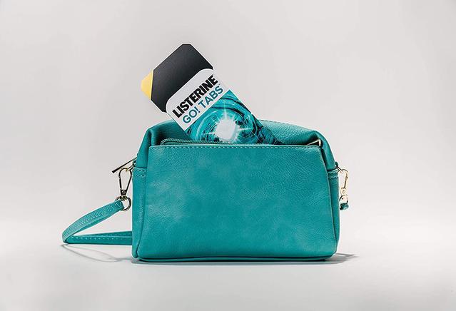 Emballage de Listerine Go! Tabs à l'intérieur d'un sac à main bleu pâle